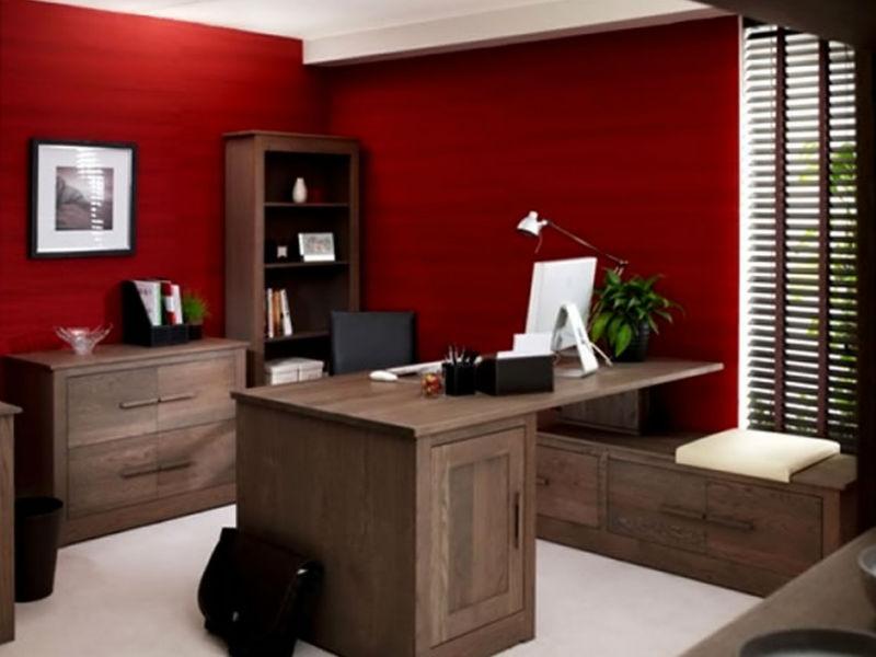 צביעת קירות בצבע אדום כהה
